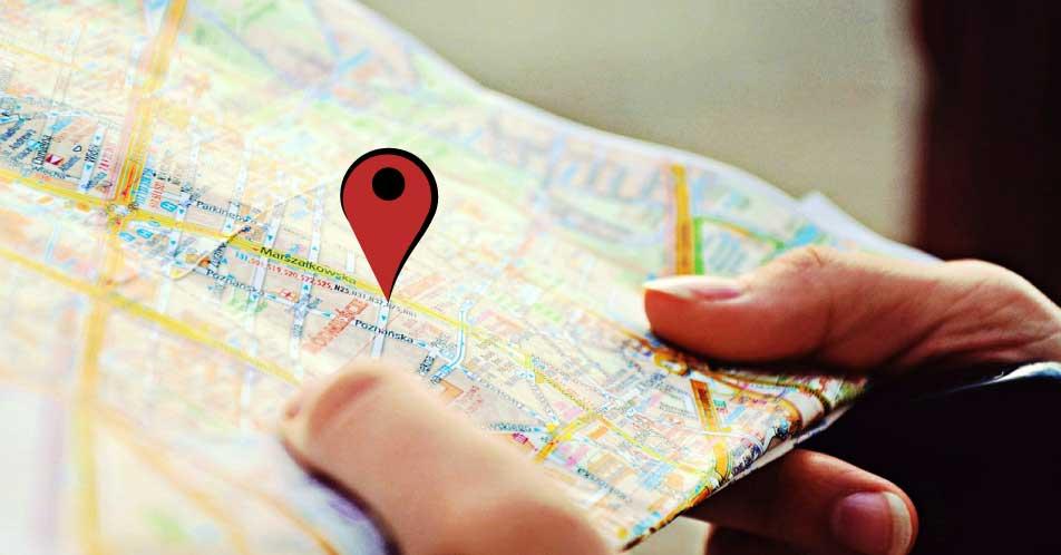 Mani che sorreggono una cartina topografica